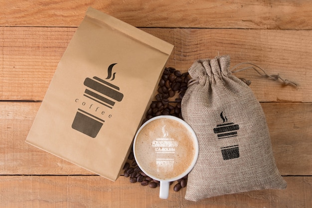 Grãos de café com caneca ao lado