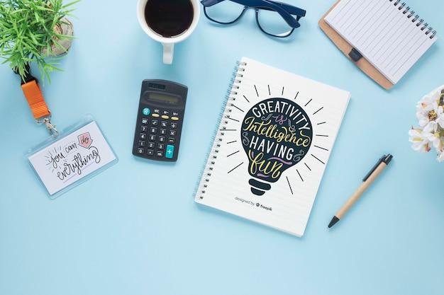 Grãos de café e maquete de caderno sobre fundo azul