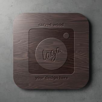 Gravado em modelo de maquete de logotipo quadrado arredondado de madeira escura na vista frontal da parede do grunge