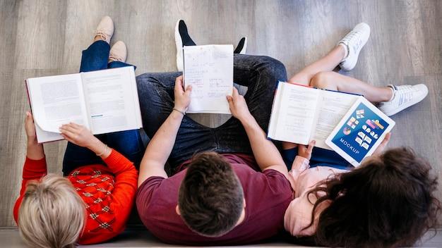 Grupo de amigos na universidade estudando juntos