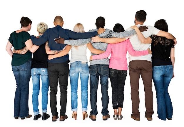 Grupo de amigos se abraçam em torno de apoio juntos