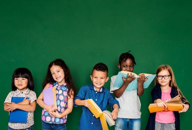 Grupo de crianças da escola de leitura para a educação