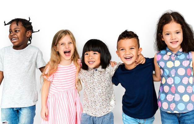Grupo de crianças fofos e adoráveis, sorrindo e sendo feliz