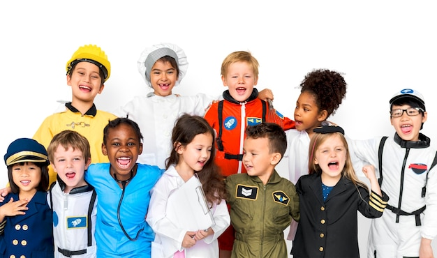 Grupo de crianças fofos e adoráveis, sorrindo e vestindo seus uniformes de emprego de sonho