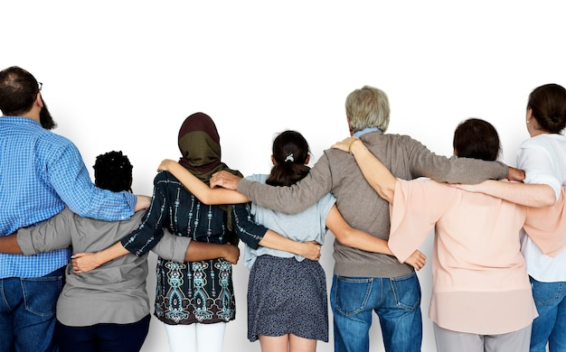 Grupo de diversas pessoas estão juntos