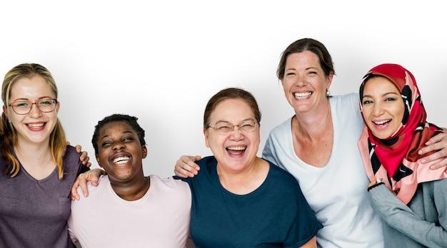 Grupo de mulheres sorrindo juntos, feminismo e conceito de trabalho em equipe