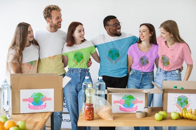 Grupo de pessoas ajudando com doações