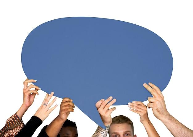 Grupo de pessoas de diversidade, mantendo o sinal de bolha do discurso