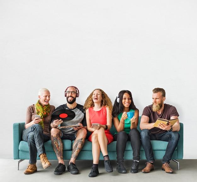 Grupo de pessoas internacionais no sofá