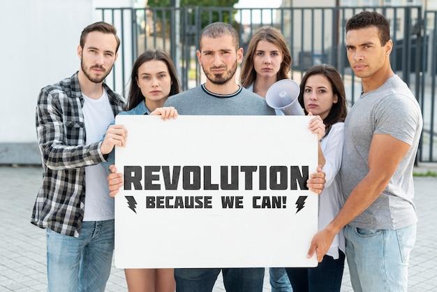 Grupo de pessoas protestando juntos