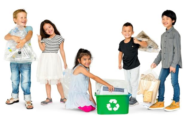 Grupo diversificado de crianças, reciclagem de lixo