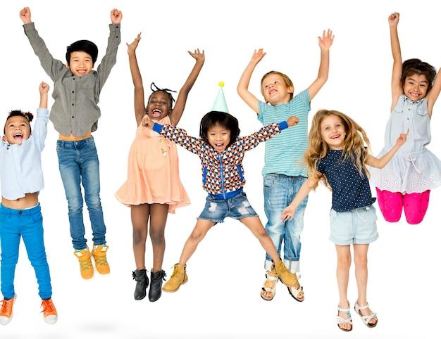 Grupo diverso de crianças pulando e se divertindo