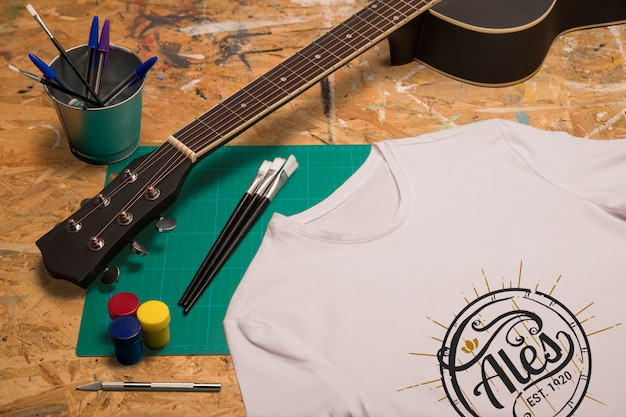 Guitarra e camiseta branca de alta vista