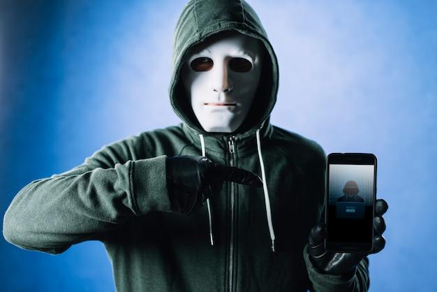 Hacker com maquete de smartphone
