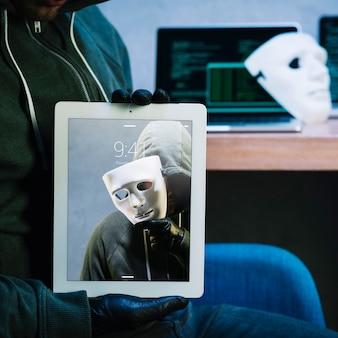 Hacker com maquete de tablet