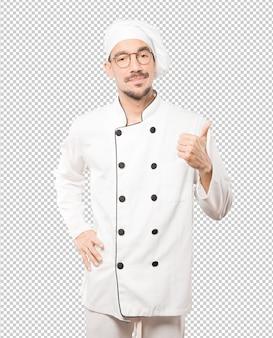 Hesitante jovem chef gesticulando que está tudo bem