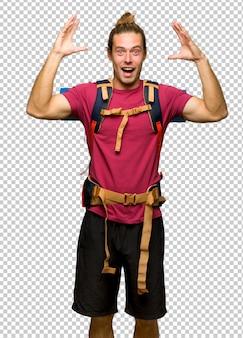 Hiker, homem, com, mochileiro montanha, com, surpresa, e, choque, expressão facial