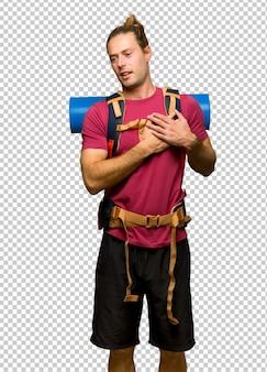 Hiker, homem, com, mochileiro montanha, tendo, um, dor, coração