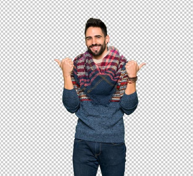 Hippie homem dando um polegar para cima gesto com as duas mãos e sorrindo