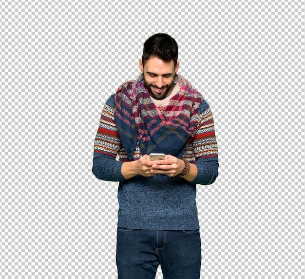 Hippie homem enviando uma mensagem com o celular