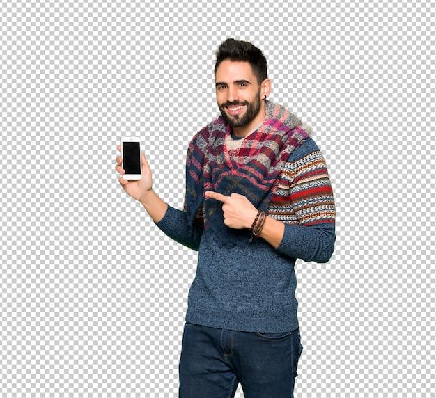 Hippie homem feliz e apontando o celular