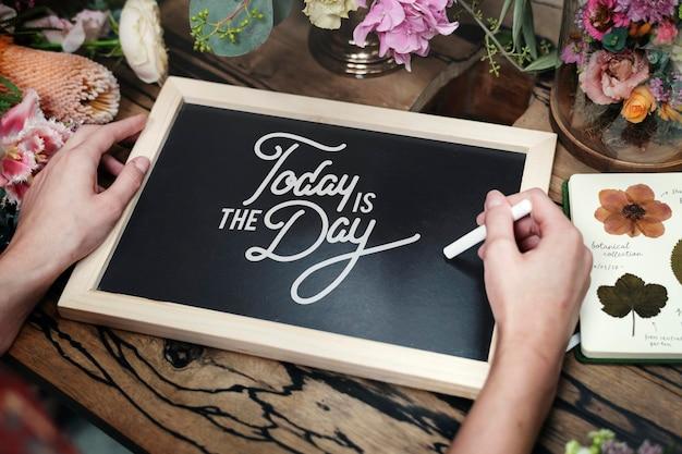 Hoje é o dia em uma maquete de quadro preto