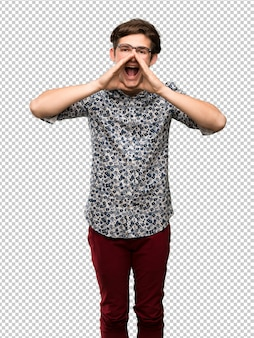 Homem adolescente com camisa de flor e óculos gritando e anunciando algo