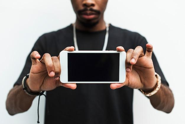 Homem africano, segurando, telefone móvel, mockup