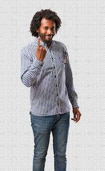 Homem afro-americano bonito do negócio que mostra o número um