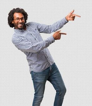 Homem afro-americano de negócios bonito, apontando para o lado