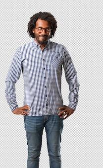 Homem afro-americano de negócios bonito duvidando e confuso, pensando em uma idéia ou preocupado com alguma coisa