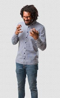 Homem afro-americano de negócios bonito muito zangado e chateado, muito tenso, gritando furioso, negativo e louco