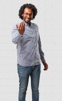 Homem afro-americano do negócio considerável que convida a vir