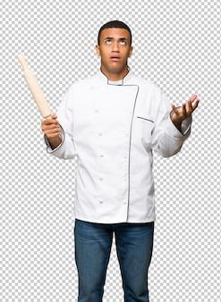 Homem afro-americano jovem chef frustrado por uma situação ruim