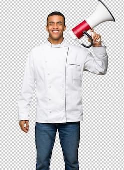 Homem afro-americano jovem chef segurando um megafone