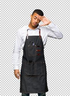 Homem afro-americano novo do barbeiro com expressão cansado e doente