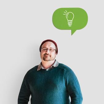 Homem alegre com um balão de fala verde