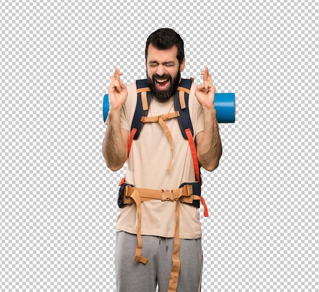 Homem alpinista com cruzamento de dedos