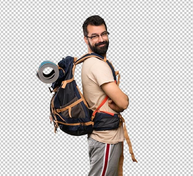 Homem alpinista com óculos e sorrindo