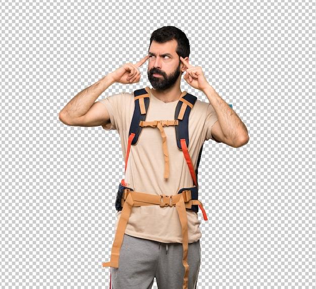 Homem alpinista tendo dúvidas e pensando