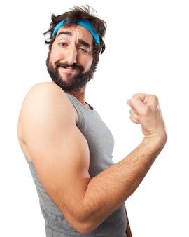 Homem apertando o bíceps