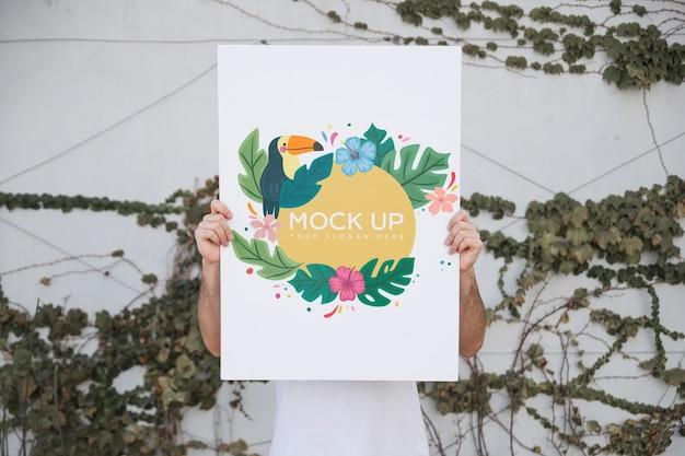 Homem, apresentando, cartaz, mockup, ao ar livre