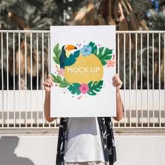 Homem, apresentando, cartaz, mockup, frente, parque