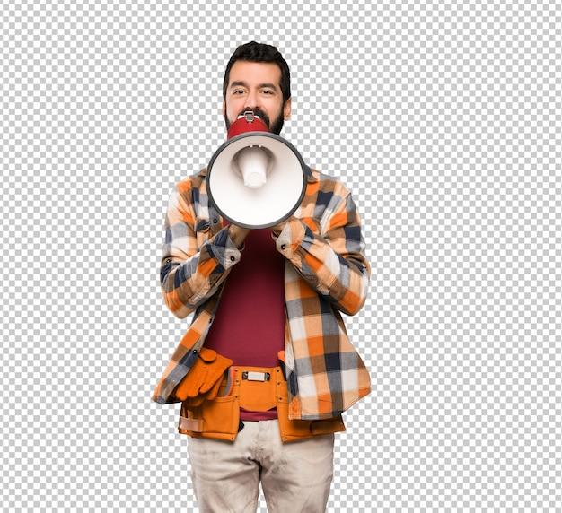 Homem artesãos gritando através de um megafone
