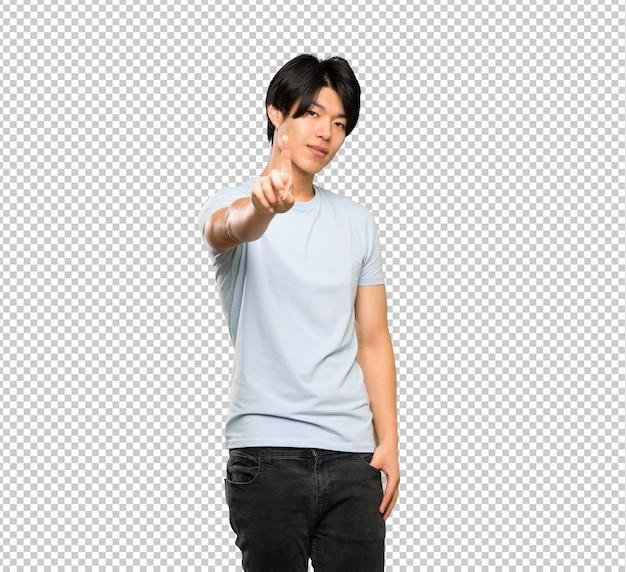 Homem asiático com camisa azul, mostrando e levantando um dedo