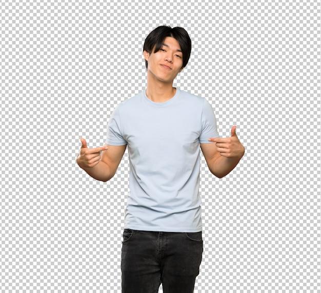 Homem asiático com camisa azul orgulhoso e auto satisfeito