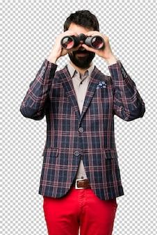 Homem bem vestido com binóculos