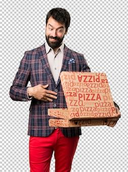 Homem bem vestido, segurando pizzas