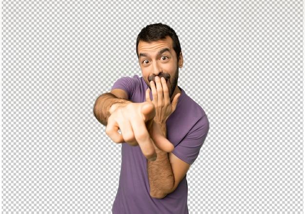 Homem bonito, apontando com o dedo para alguém e rindo