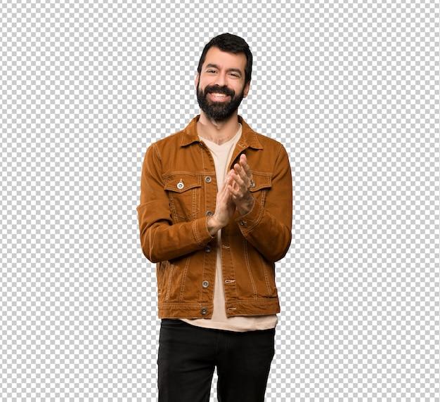 Homem bonito com barba aplaudindo após apresentação em uma conferência